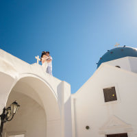 Santorini photographer captures anniversary portraits of Hong Kong couple in Greek Islands.